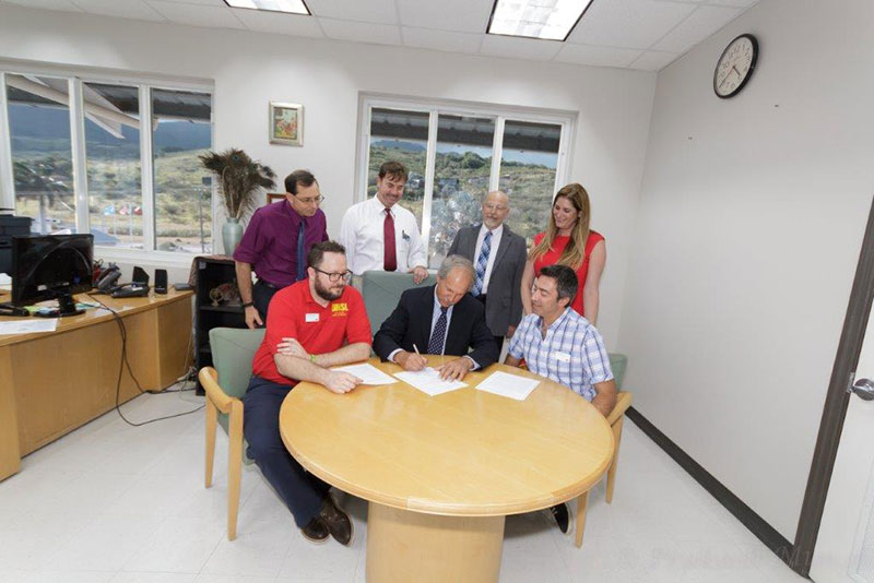 UMHS President Warren Ross (center) signing the articulation agreement with University of Missouri-St. Louis. Photo: UMHS